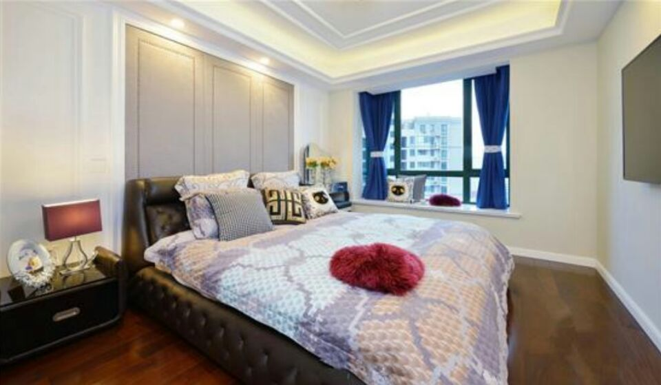卧室内最打眼的非飘窗窗帘莫属,宝蓝色贵气闪耀,撞色的软装搭配一般